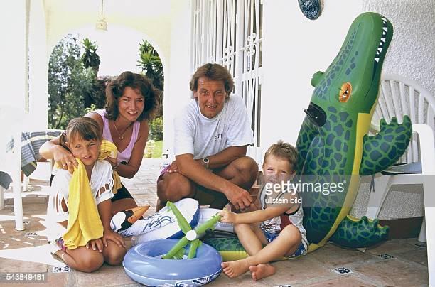 Der Sportjournalist Jörg Wontorra mit seiner zweiten Ehefrau Ariane und den gemeinsamen Kindern Laura und Marcel Aufgenommen um 1997