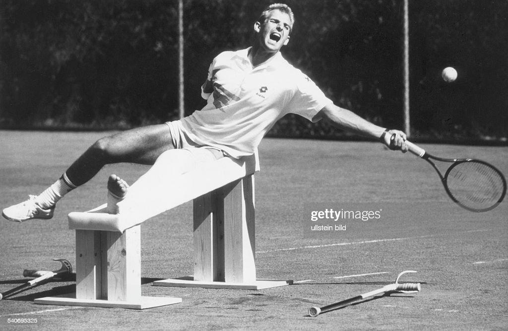 Der österreichische Tennisspieler Thomas Muster trainiert trotz seines Gipsbeines Mit einem speziellen Holzgestell das sein Manager und Trainer...