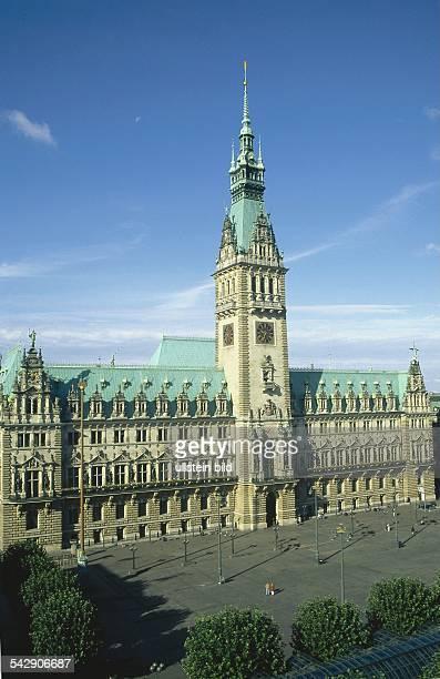 Der viergschossige Bau des Rathauses mit seiner reichgeschmückten Neorenaissance Fassade und kupfernen Satteldächern Aus der Mitte des Gebäudes ragt...