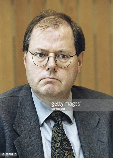 Der Wirtschaftsminister von NordrheinWestfalen Peer Steinbrück zeigt einen resignierten Gesichtsausdruck Aufgenommen November 1999