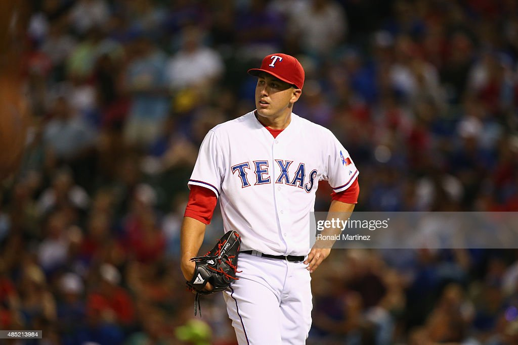 <a gi-track='captionPersonalityLinkClicked' href=/galleries/search?phrase=Derek+Holland+-+Jogador+de+basebol&family=editorial&specificpeople=8003703 ng-click='$event.stopPropagation()'>Derek Holland</a> #45 of the Texas Rangers steps off the mound after Edwin Encarnacion #10 of the Toronto Blue Jays hits a home run in the sixth inning at Globe Life Park in Arlington on August 25, 2015 in Arlington, Texas.
