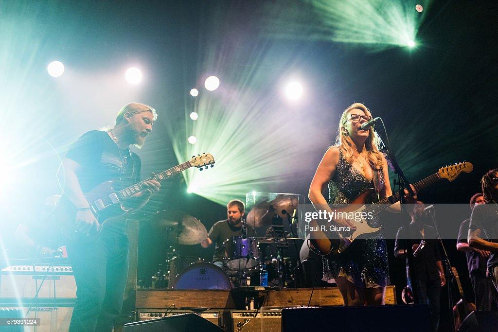 Derek Trucks (L) and Susan Tedeschi of Tedechi Trucks Band perform on stage at Verizon Wireless Amphitheatre at Encore Park on July 23, 2016 in Alpharetta, Georgia.