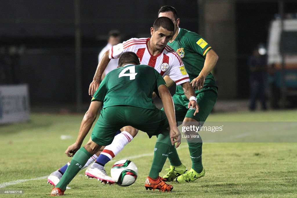 Derlis Gonzalez (C) of Paraguay fights for the ball with <a gi-track='captionPersonalityLinkClicked' href=/galleries/search?phrase=Jorge+Flores+-+Soccer+Player&family=editorial&specificpeople=5836391 ng-click='$event.stopPropagation()'>Jorge Flores</a> (L) and Damian Lizio (R) of Bolivia during a match between Paraguay and Bolivia as part of FIFA 2018 World Cup Qualifiers at Defensores del Chaco Stadium on November 17, 2015 in Asuncion, Paraguay. (Photo by Luis Vera/LatinContent/Getty Images