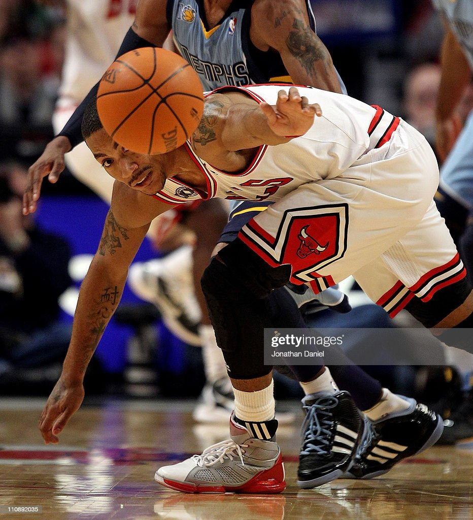 Derrick Rose #1 of the Chicago Bulls keeps his eyes on a loose ball against the Memphis Girzzlies at the United Center on March 25, 2011 in Chicago, Illinois.