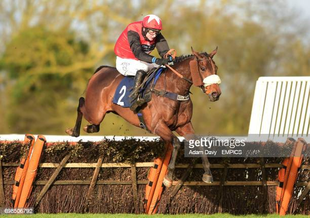 Derrintogher Bliss ridden by Tom Bellamy wins the Connolly's Red Mills Conditional Jockey's Handicap Hurdle Race
