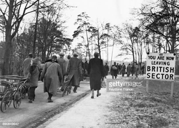 Des Berlinois tirant des chariots quittent le secteur britannique pour se rendre dans des parcs et récupérer du bois pour se chauffer car le charbon...