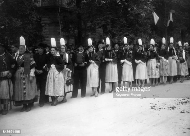 Des Bretons costume traditionnel et des Bretonnes portant la coiffe régionale défilent lors d'une fête traditionnelle à laquelle doit assister le...