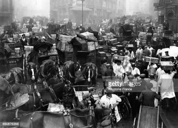 Des caisses remplies de poissons pour le Vendredi Saint sont déchargées au marché de Billingsgate le 11 avril 1933 à Londres RoyaumeUni