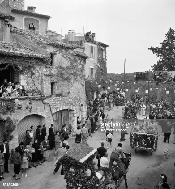 Des chars fleuris défilent dans les rues de SaintPauldeVence France le 13 avril 1953