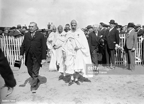 Des chefs africains arrivant sur le polygone de Vincennes où se déroule la Journée nationale de l'Aviation à Vincennes France le 25 mai 1931