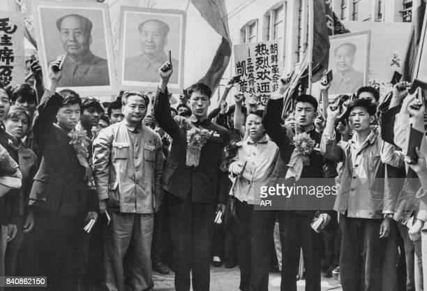 Des chinois expatriés expulsés de Mongolie sont chaleureuesement accueillis à leur retour à Pékin le 24 mai 1967 Chine