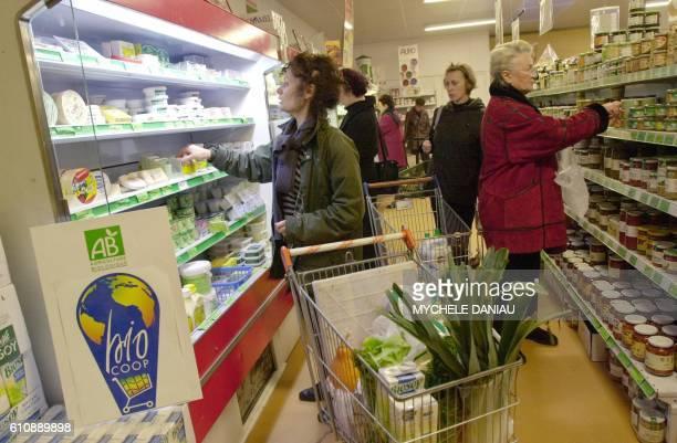 Des clientes font leurs achats dans les rayons frais et de conserves de la coopérative bio Jonathan à Hérouville Saint Clair le 17 novembre 2000 /...