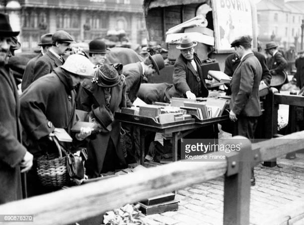 Des clients se massent près d'un stand de livres d'occasion au Caledonian Market à Londres en Angleterre au RoyaumeUni