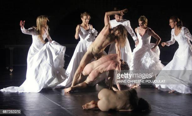 Des comédiens et danseurs de la compagnie belge Troubleyn interprètent une scène de la pièce de l'artiste belge Jan Fabre 'Je suis sang' crée en 2001...