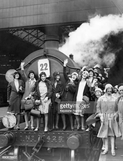 Des employées de l'entreprise Carreras Cigarette Factory sont montées sur l'avant de la locomotive du train qui doit les emmener à Brighton pour la...
