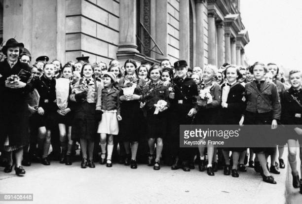 Des enfants aux bras chargés de bouquets de fleurs attendent dès le matin devant la Chancellerie du Reich afin d'être les premiers à souhaiter...