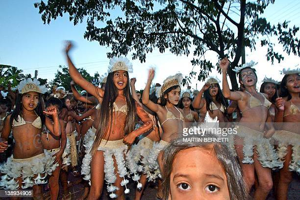 Des enfants dansent en tenue polynésienne le 11 février 2005 sur l'Ile de Paques dans le cadre du festival Tapati Depuis début février l'île de...