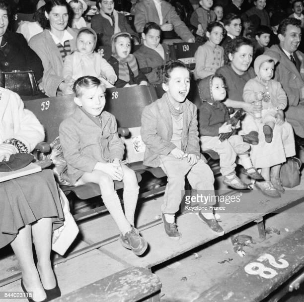 Des enfants heureux de regarder le cirque à l'occasion de l'arbre de Noël de la Préfecture de Paris au Palais des Sports à Paris France le 15...