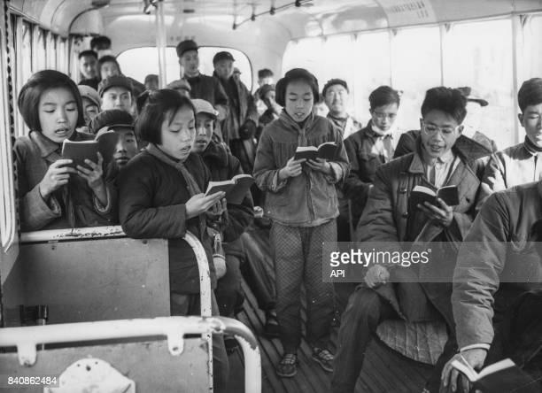 Des enfants récitant les citations de Mao dans un bus à Pékin le 30 décembre 1966 Chine