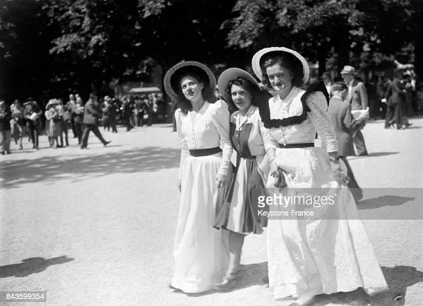 Des femmes éléganes lors d'une course hippique à Longchamp à Paris France