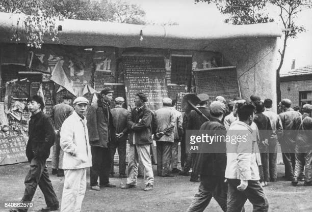 Des habitants de Pékin lisent des dazibaos affichés par les Gardes rouges le 18 janvier 1967 Chine