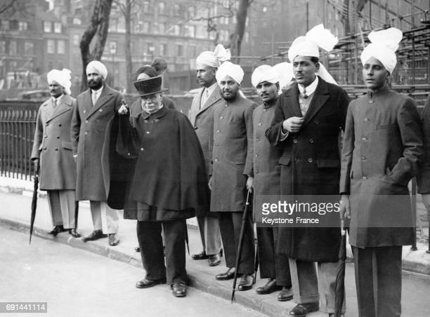 Des Indiens attendent le passage du cortège du Prince de Galles en Inde