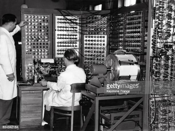 Des informaticiens font des tests sur le dernier ordinateur G2 dans le laboratoire à Goettingen Allemagne en avril 1954