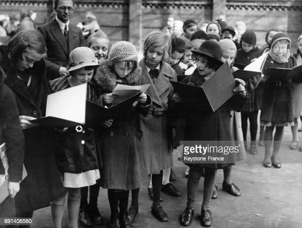 Des jeunes écolières allemandes reçoivent leur bulletin de notes avant les vacances de Pâques circa 1930 en Allemagne