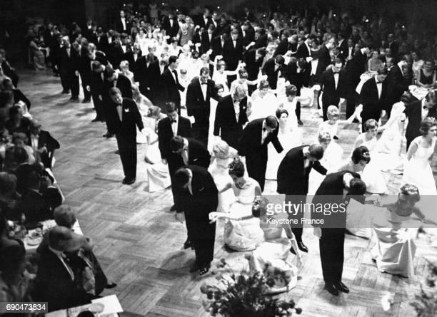 Des jeunes danseurs de 17 à 20 ans sont présentés à l'assistance pour le premier bal des débutants allemand le 11 octobre 1964 à Wiesbaden en...