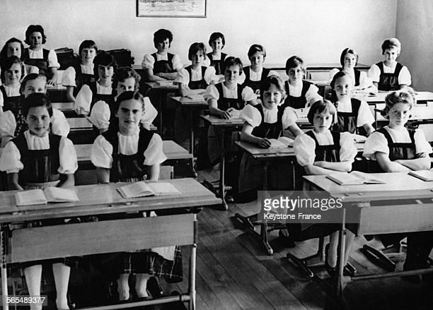 Des élèves suisses assistent à leurs dernières leçons en costume folklorique le 27 mai 1962 à Obwaldner Suisse