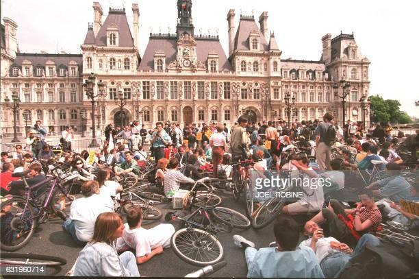 des manifestants font un sitin devant la mairie de Paris lors de la manifestation contre la pollution de l'air organisée à l'appel des Verts et du...