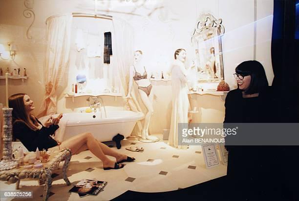 Des mannequins vivants sont exposés dans la vitrine des Galeries Lafayette boulevard Haussmann pour présenter de la lingerie Chantal Thomass le 14...