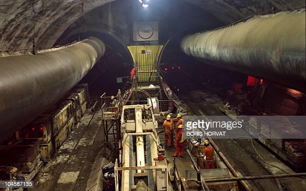 Des ouvriers britanniques de la société TML travaillent le 11 mars 1991 sur le chantier du tunnel sous la Manche construit par la société Eurotunnel...