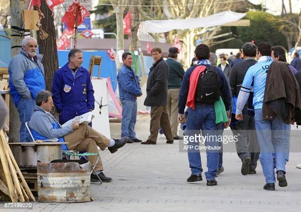 Des ouvriers en grève de l'entreprise espagnole de télécommunications Sintel campent le 13 février 2001 sur l'avenue Castellana à Madrid Quelque 800...