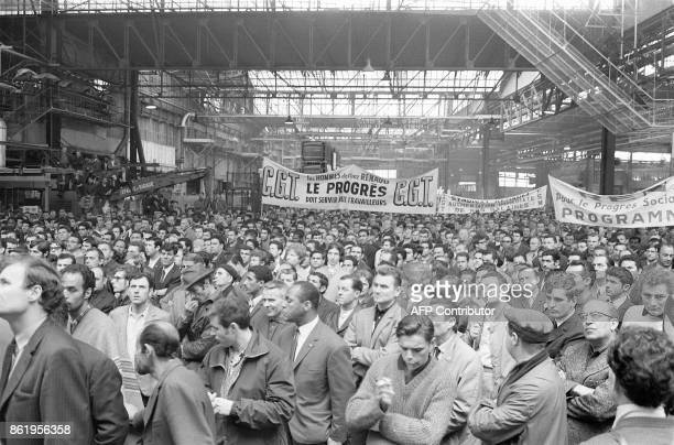 Des ouvriers grévistes des usines Renault membres du syndicat CGT réunis au mois de mai 1968 lors d'un rassemblement à l'intérieur de l'usine de...