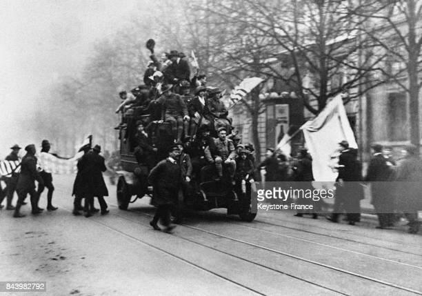 Des Parisiens se précipitent sur une voiture pour répandre la nouvelle de la défaite des armées allemandes et de l'armistice le 11 novembre 1918 à...