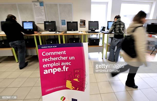 Des personnes consultent des offres d'emploi sur un ordinateur le 31 octobre 2008 dans une agence de l'ANPE à Caen Le nombre de chômeurs inscrits à...