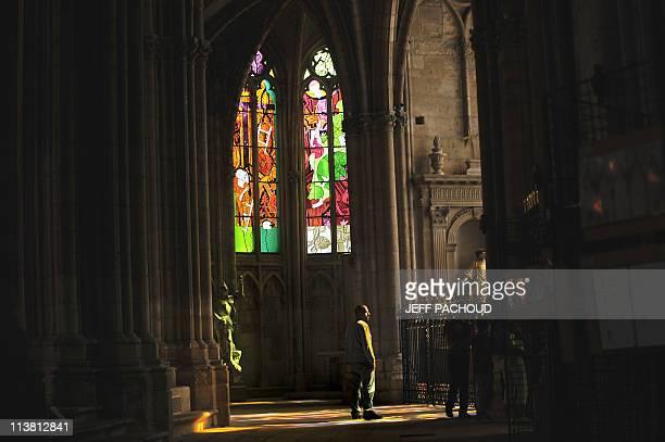 PAPIER 'A LA CATHEDRALE DE NEVERS LES VITRAUX JOUENT DE NOUVEAU AVEC LA PIERRE' PAR TUPAC POINTU Des personnes contemplent des vitraux le 26 Avril...