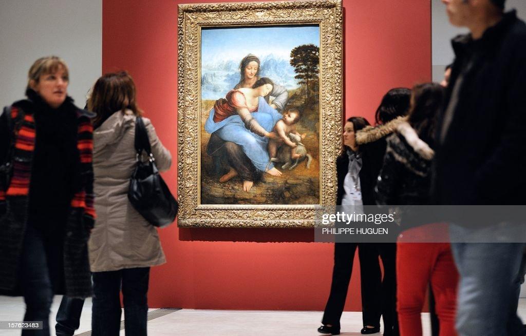 Des personnes passent devant 'la sainte Anne' une huile sur toile de Léonard de Vinci , le 04 Decembre 2012 au musée du Louvre Lens.