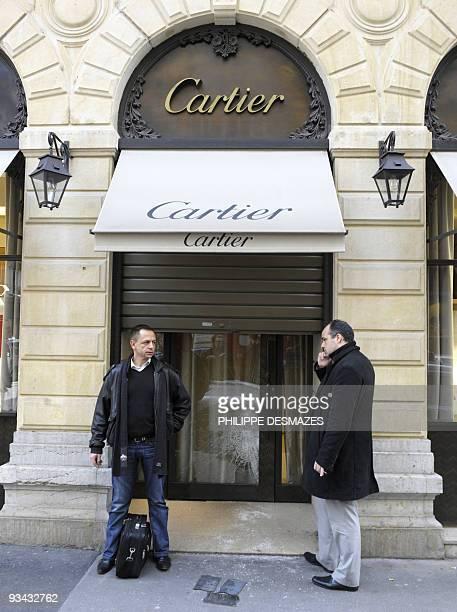 Des policiers attendant devant l'entrée d'une bijouterie Cartier dévalisée lors d'un braquage le 26 novembre 2009 à Lyon Quatre hommes armés d'armes...
