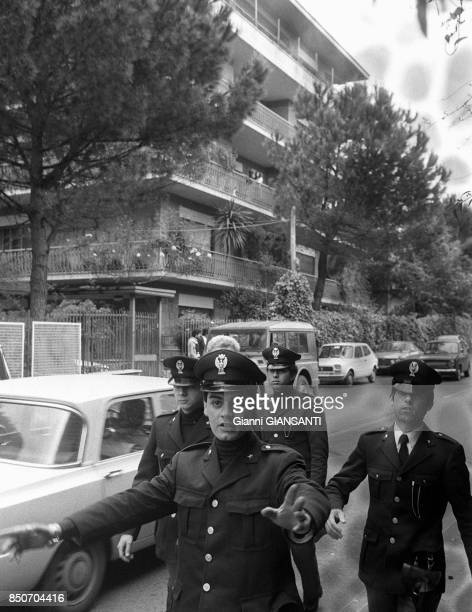 Des policiers enpêchent de passer après la découvert de la dépouille mortelle de l'homme politique Aldo Moro assassiné par les Brigades rouges...
