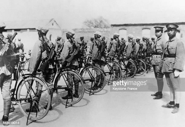 Des soldats chinois s'apprêtent à quitter la capitale afin de se rendre au front en vélo pour livrer le combat aux Japonais le 4 janvier 1933 à Pékin...