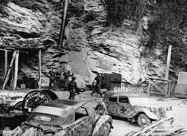 Des tireurs embusqués allemands sortant de leurs cachettes souterraines durant la bataille en 1944 à Cherbourg France