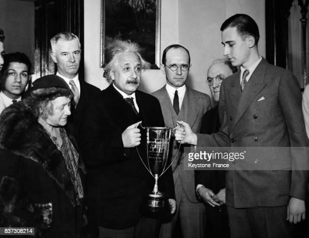 Des étudiants d'un lycée de Pennsylvanie remettent une coupe d'honneur à Albert Einstein accompagné de sa femme après l'avoir nommé personnalité de...