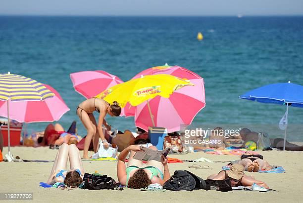 Des vacanciers bronzent sur la plage de SaintCyprien le 5 juillet 2011 Selon le secrétaire d'Etat au Tourisme Frédéric Lefebvre la saison estivale...