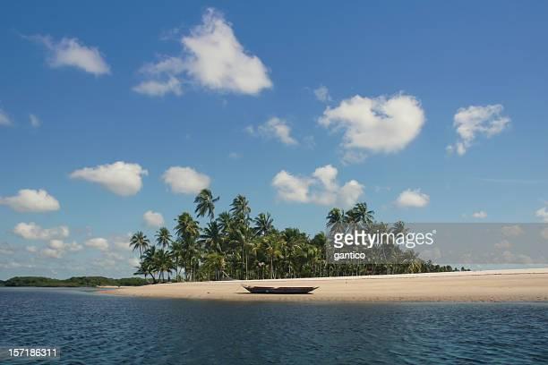 Isola deserta con un abbandonato canoa