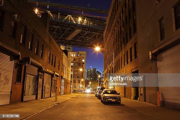 Einsames Brooklyn DUMBO der Straße unter der Brücken bei Nacht