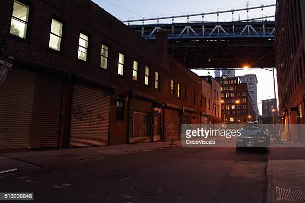 Molo Brooklyn DUMBO sulla strada sotto i ponti notturno