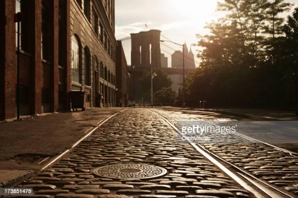 Einsames Brooklyn DUMBO Kopfsteinpflaster der Backstreet Sonnenuntergang Blendenfleck