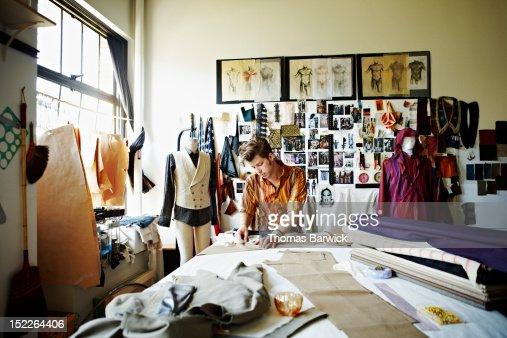 Designer in studio measuring pant width : Foto de stock